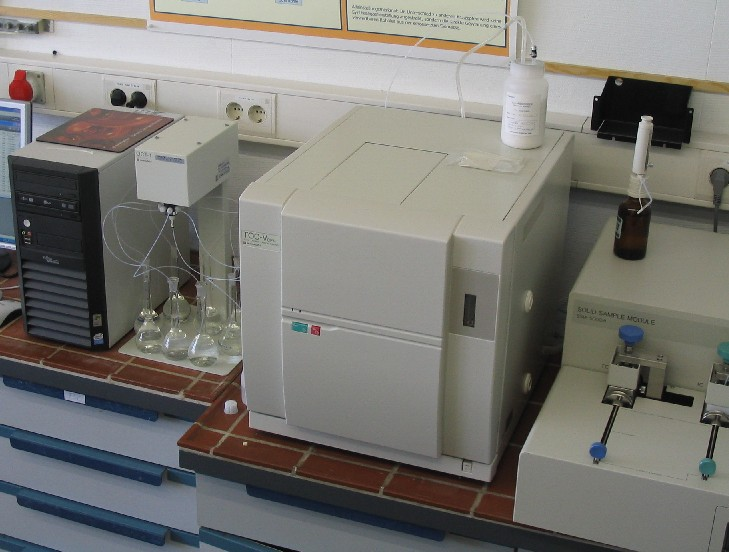TOC-V unit with solid sample module an 8-fold autosampler for carbon analysis in solid and liquid samples